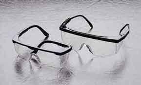 Les lunettes de sécurité munies d écrans latéraux protègent les yeux des  particules projetées par-devant et de côté. b919e9ed2a9e