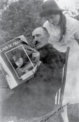 Pierre Gérard et sa fille Berthe lisant un magazine français, à Forget, en 1914